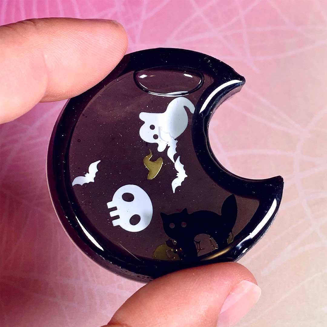 UV Harz Shaker, Schwarzer Halbmond, Halloween Schmuck Anhänger von PixieCrafting